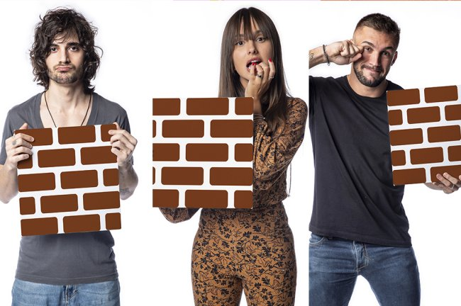 Montagem com as fotos de Fiuk, Thaís e Arthur segurando a placa com desenho de tijolos, que representa o paredão