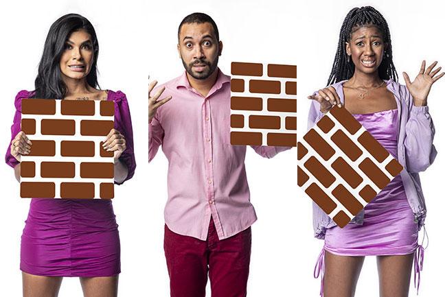 Pocah, Gilberto e Camilla segurando a placa de tijolos que representa o paredão. Os três estão com expressão nervosa