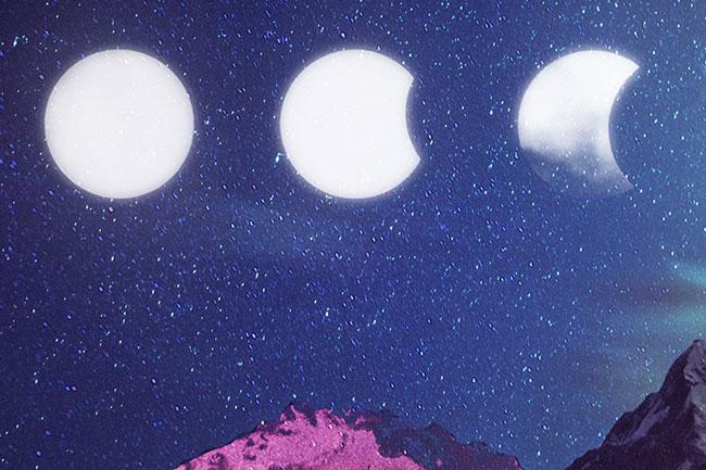 ilustração de um céu azul noturno. Nele, há três luas. Uma cheia, outra levemente minguante e outra minguante