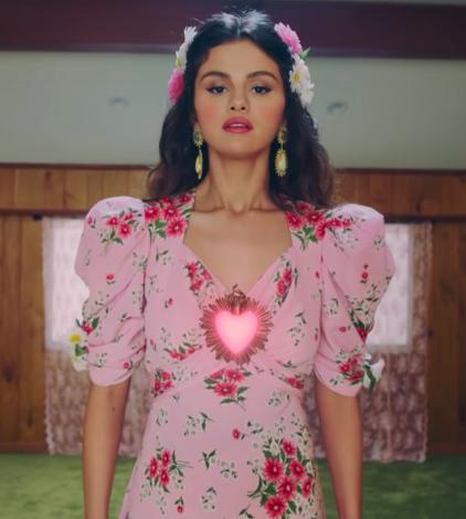 Selena Gomez usando vestido floral rosa no clipe de De Una Vez