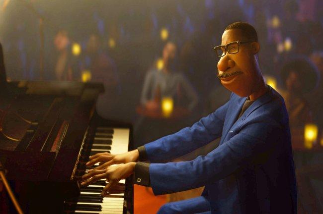 Cena da animação Soul; protagonista toca piano em um clube de jazz