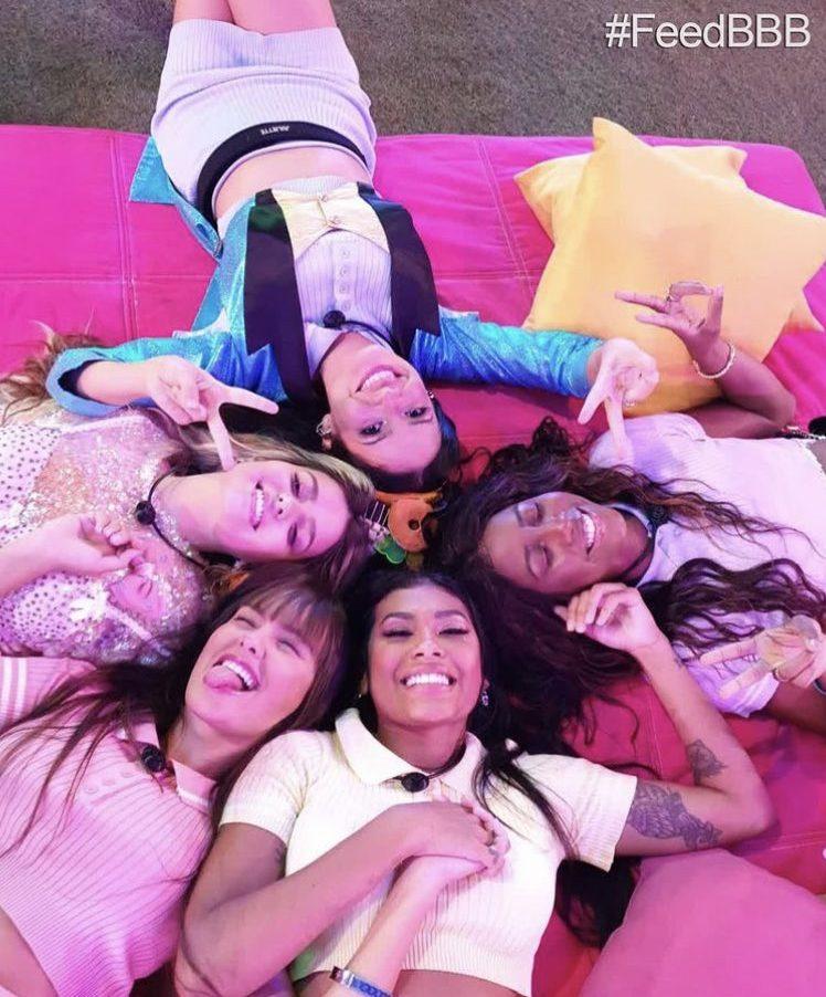 Viih Tube, Thais, Pocah, Camilla de Lucas e Juliette, do Big Brother Brasil 21. Elas estão deitadas em círculo olhando para cima e sorrindo.