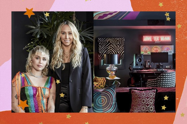 Colagem com duas imagens. Na primeira, Miley Cyrus está sentada, de vestido, ao lado da mãe, que está em pé e usando um blazer preto. Na segunda imagem, é mostrada a decoração do estúdio de Miley