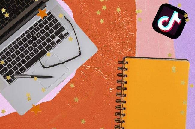 A colagem mostra um computador prateado, com um óculos e uma caneta apoiados em cima, um caderno espiral laranja e o logo do aplicativo TikTok