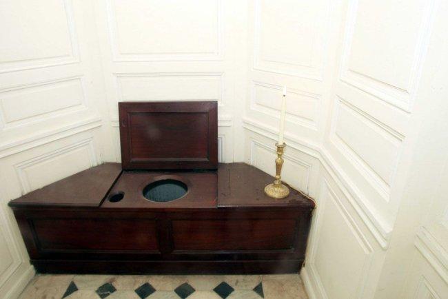 Imagem que mostra como era o vaso sanitário da rainha Maria Antonieta, no Palácio de Versalhes