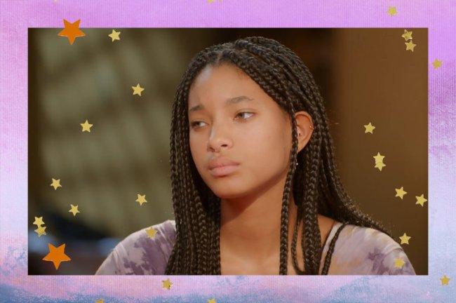Willow Smith aparece de perfil, usando tranças box braids e camiseta tie dye roxa