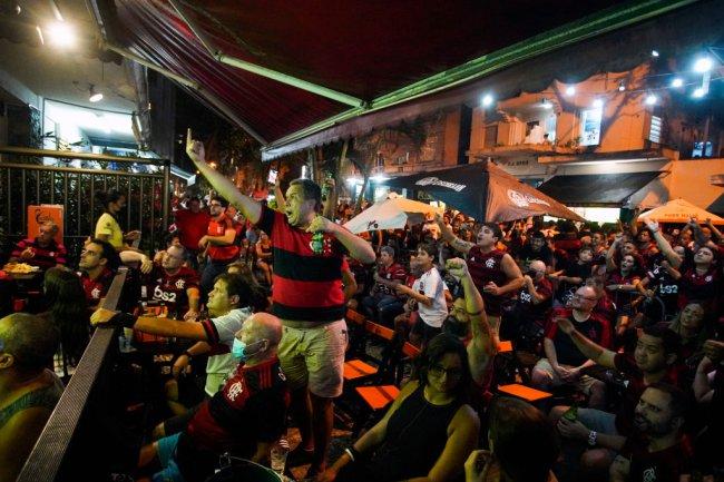 Torcedores do Flamengo reunidos em um bar de Copacabana para assistir à partida contra o São Paulo, em 25 de fevereiro
