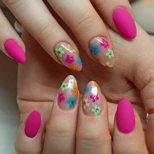 Nail art supercolorida com florzinha