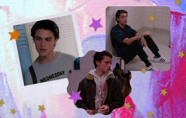 Montagem com 3 fotos do personagem Marcus de Ginny and Georgia evidenciando seus looks. Na primeira imagem ele olha para o lado usando uma camiseta cinza escrito