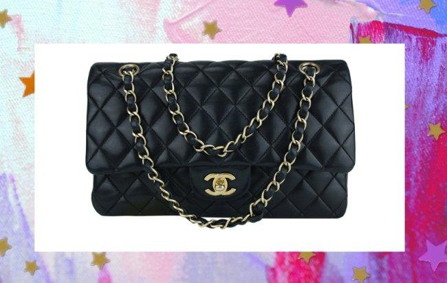 Bolsa Chanel modelo Flap Lambskin, preta e com corrente prata.