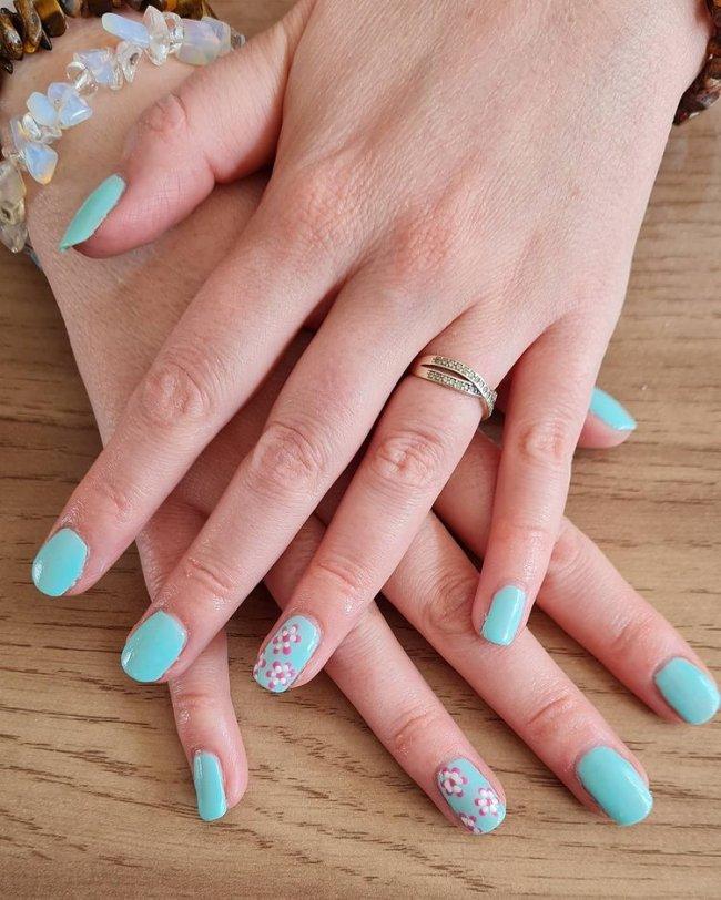 Nail art com florzinha de duas cores
