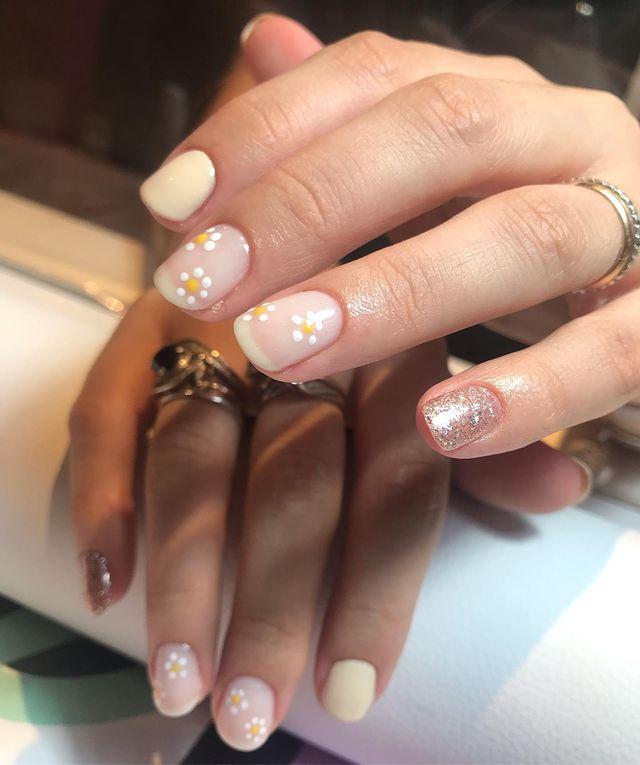 Nail art simples com florzinha e glitter
