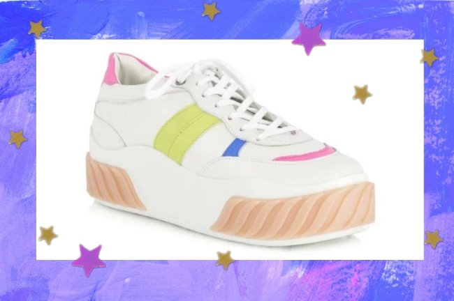 Montagem com fundo roxo e azul, e o tênis de Juliette que é branco com detalhes verde, azul e rosa com plataforma.