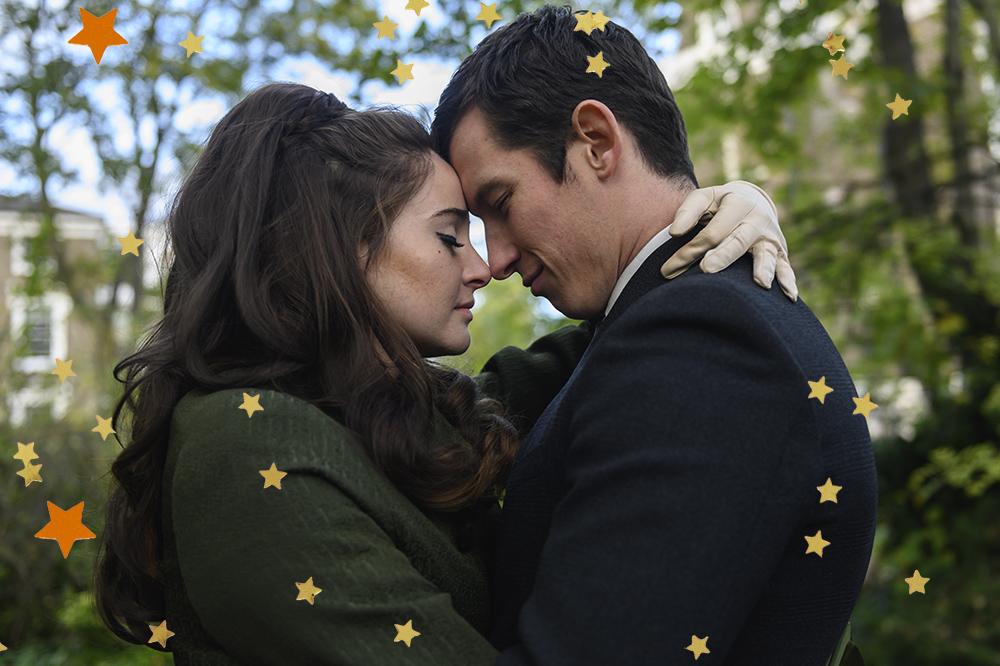 Cena de A Última Carta de Amor em que os personagens estão abraçados com as testas se tocando e de olhos fechados
