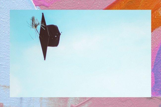 Chapéu de formando voando sozinho no céu azul