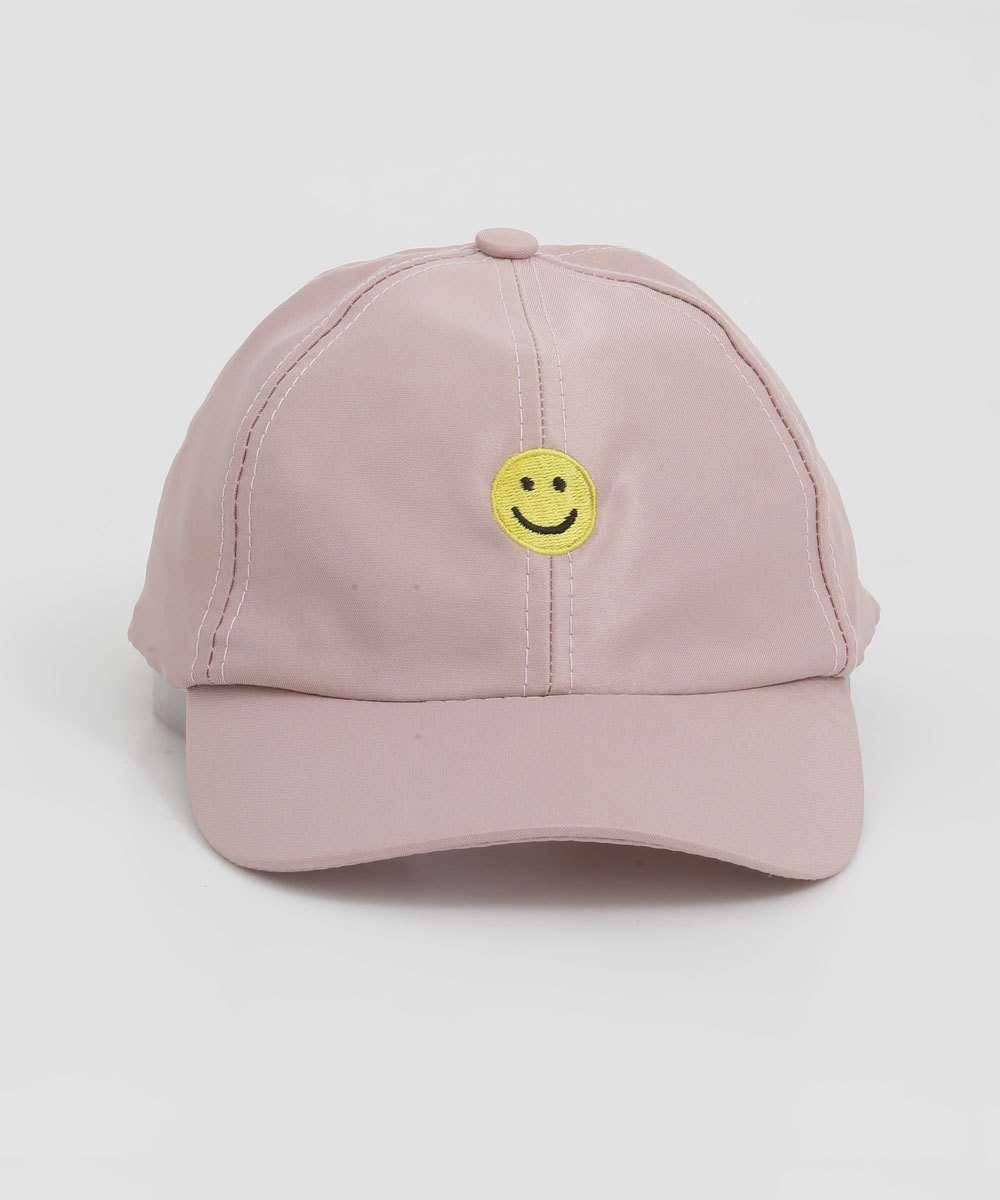 Boné rosa claro bordado com carinha feliz smiley da coleção da CAPRICHO com a MARISA