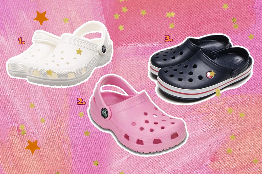 Montagem com três modelos do sapato Crocs que estão à venda no Brasil. Um modelo branco, outro rosa e um azul escuro com listra vermelha no solado branco. O fundo da montagem é rosa e tem algumas estrelinhas douradas e laranjas.