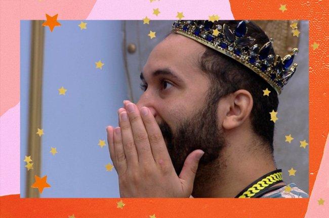 Na imagem, Gilberto aparece usando uma coroa e com as mãos na boca, demonstrando surpresa