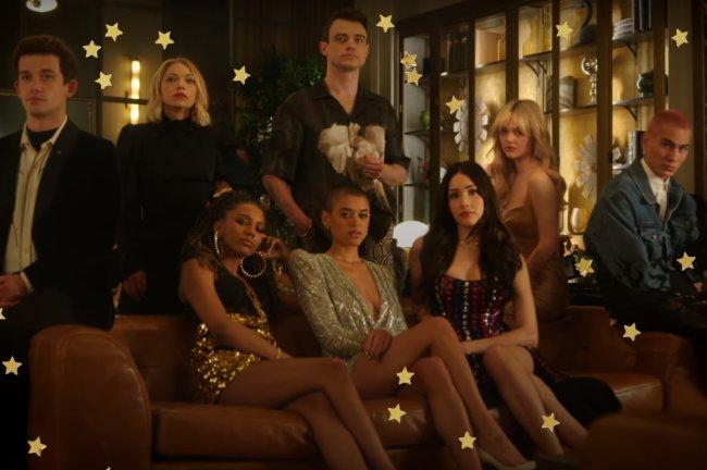Personagens do reboot de Gossip Girl em festa posando para câmera; alguns estão sentados no sofá e outros estão em pé ou encostados nele com expressões sérias