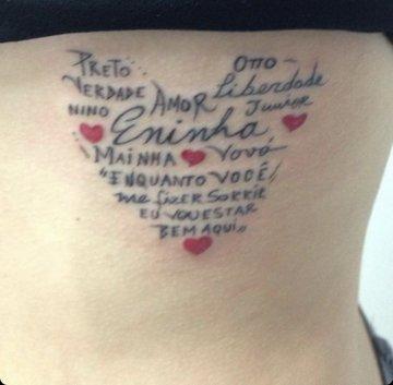 Tatuagem de Juliette, vencedora do BBB21, na costela antes de ser refeita; o desenho são vários omes de membros de sua família escritos pela própria Juliette formando um coração; quatro corações vermelhos menores decoram o interior do coração maior