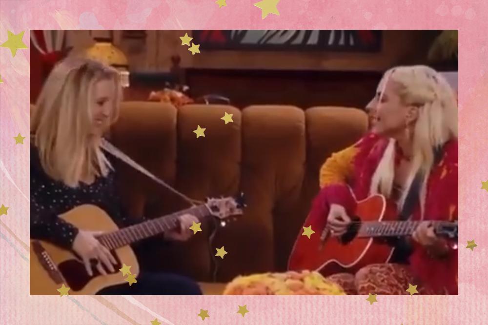 Lisa Kudrow e Lady Gaga cantam Smelly Cat na reunion de Friends; as duas estão se olhando enquanto tocam violão e cantam no sofá do Central Perk, cenário de Friends