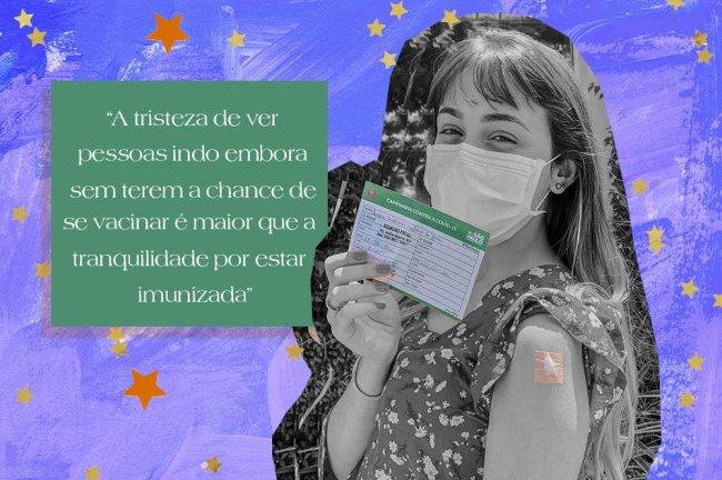 Jovem usando máscara de proteção sorri com os olhos enquanto segura sua carteirinha de vacinação contra a Covid