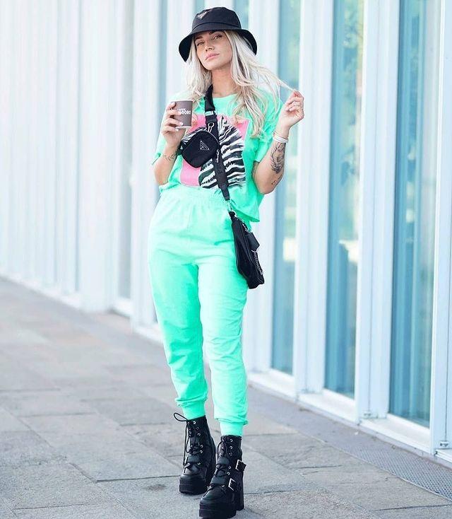 Look monocromático calça jogger com coturno.