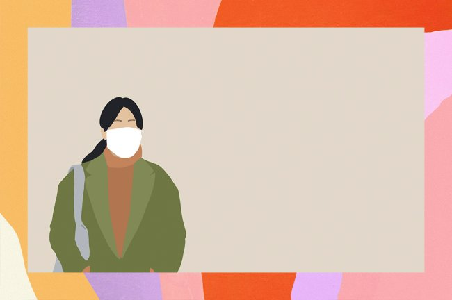 A ilustração mostra uma mulher de cabelo preso, usando máscara, vestindo uma blusa marrom, cachecol laranja e casaco verde. Ela segura uma bolsa.