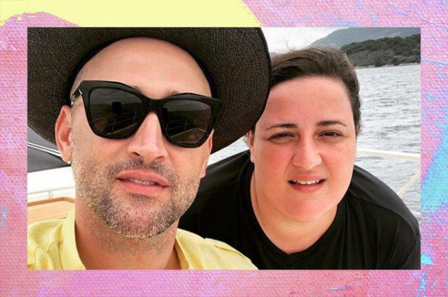 Selfie de Paulo Gustavo com a irmã, Ju Amaral; ela veste uma camiseta preta e ele uma camiseta amarela e um chapéu preto