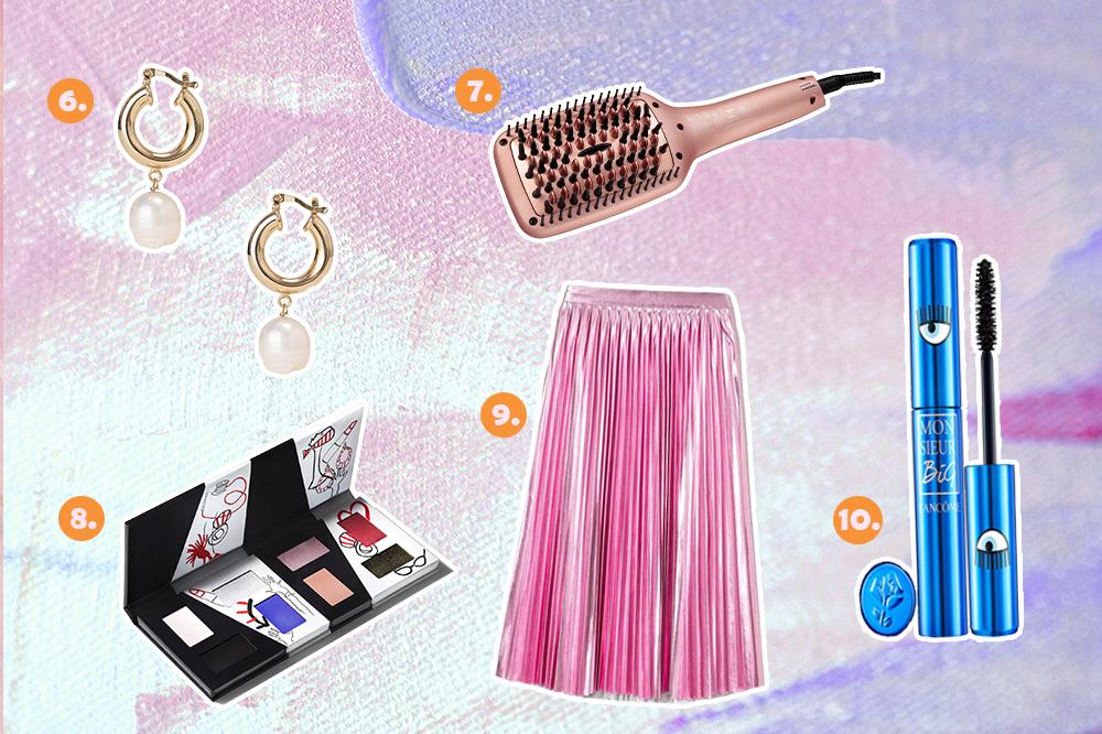 Montagem com cinco sugestões de presentes para o Dia dos Namorados. Tem brincos, escova alisadora, paleta de sombras, saia midi plissada rosa metalizada e máscara de cílios.