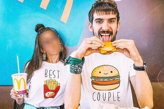 A influenciadora posa ao lado do marido no McDonald's. Eles vestem looks combinando, com a estampa