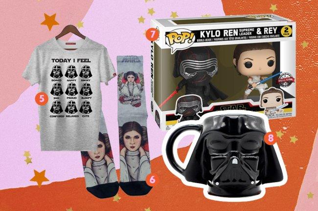 Produtos da saga Star Wars. Na imagem, vemos uma camiseta cinza do Darth Vader, uma meia tambpem cinza da Princesa Leia, uma caneca do Darh Vader, no formato do capacete dele, e dois funkos: um do Kylo Ren e outro da Rey