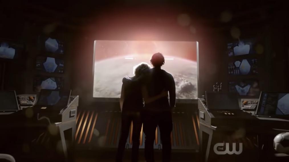 Silhueta de Clarke e Bellamy abraçados em uma nave observando um novo planeta na cena final da quinta temporada de The 100