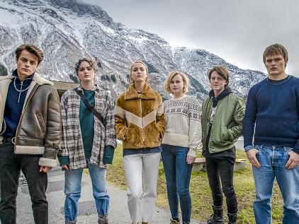 Elenco de Ragnarok em frente a uma montanha