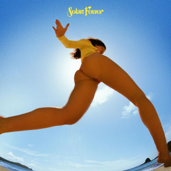 Capa do single mostra a cantora com maiô amarelo em uma praia no clima bem verão e o céu azul ocupando quase toda a imagem; Solar Power está escrito em amarelo no topo da imagem