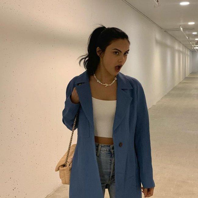 Camila Mendes com top branco e blazer colorido