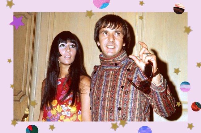 Foto de Cher nos anos 7o, usando vestido vermelho ao lado do marido Sonny com roupa listrada. Os dois estão com uma expressão pensativa.