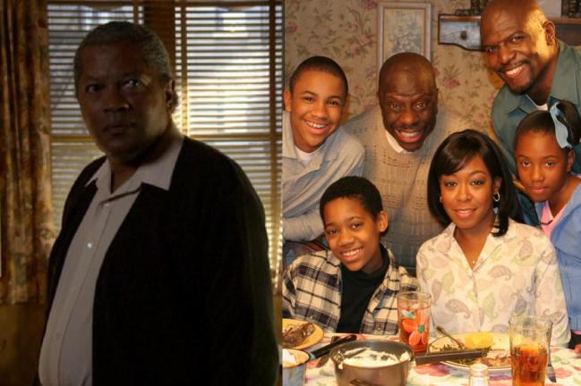 Montagem com duas fotos; na primeira Clarence Williams III em cena de Todo Mundo Odeia o Chris, ele está observando alguém em seu apartamento com uma expressão séria; na segunda a família está posando para uma foto na mesa de jantar
