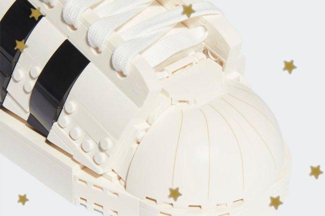 Foto com fundo branco, mostrando com detalhes as peças de lego montadas no tênis da Adidas.