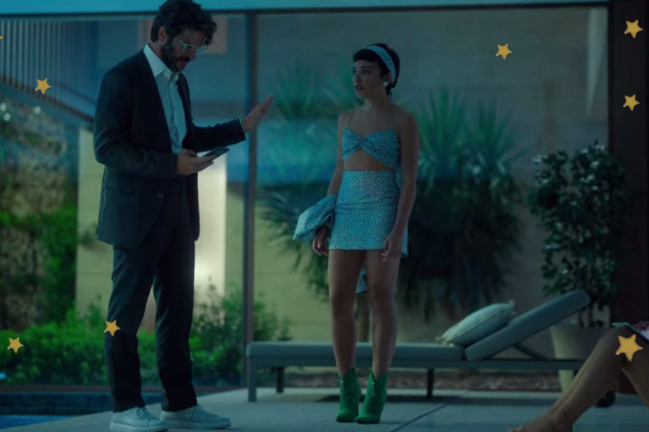 Foto dos personagens, Ari e seu pai conversando ao lado da piscina. Os dois estão com expressões sérias.