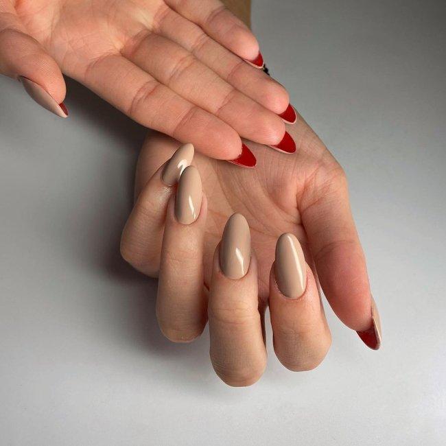 Foto com destaque para as mãos,unha flipside com interior vermelho
