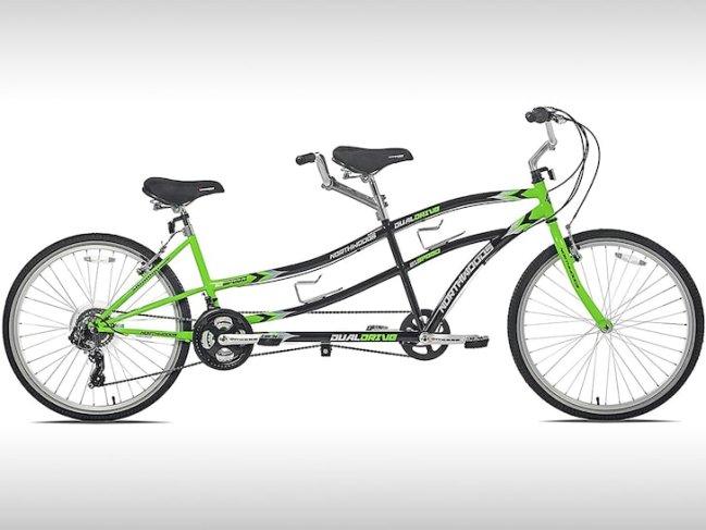 Bicicleta com dois assentos, vista pela lateral. Possui detalhes em preto e verde.