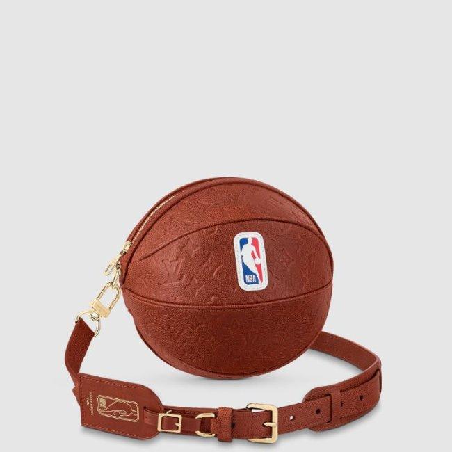 Foto de uma bolsa em formato de bola de basquete da Louis Vuitton em parceria com a NBA