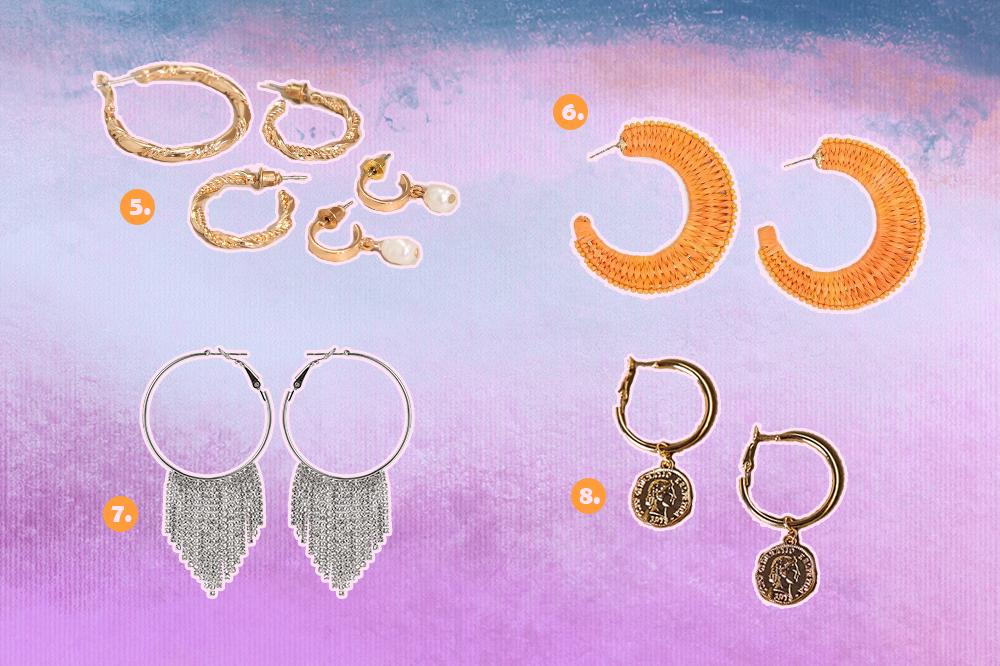 Montagem com fundo degradê de lilás, roxo e azul com opções de brincos de argola. Um kit com três modelos diferentes, uma argola laranja, uma prateada com franjas de strass e uma dourada de medalha.