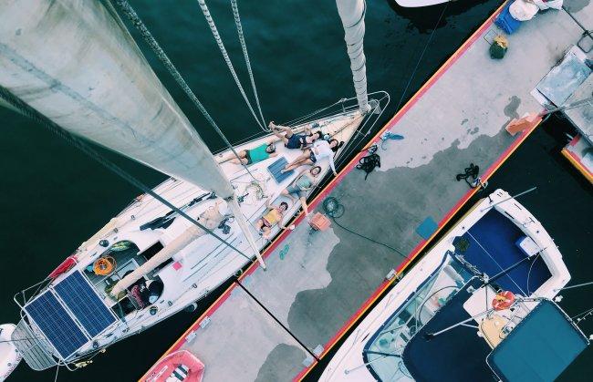 Um barco a vela visto de cima
