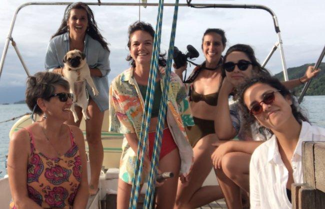 Mulheres em um barco a vela, posando para a foto em um lindo fim de tarde