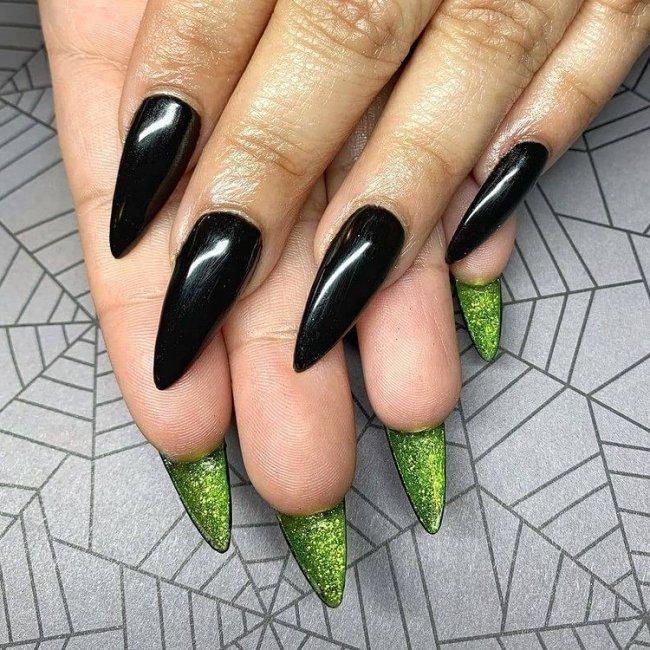 Foto com destaque para mãos, unha preta com interior verde.