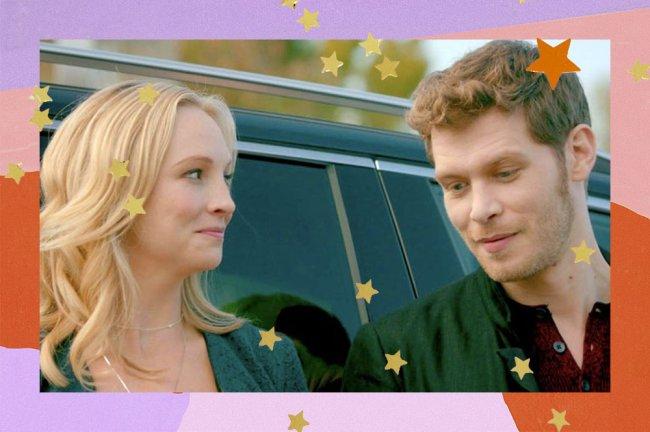 Os personagens Caroline e Klaus de The Vampire Diaries encostados em um carro. A Caroline olha para o Klaus enquanto ele fala olhando para baixo