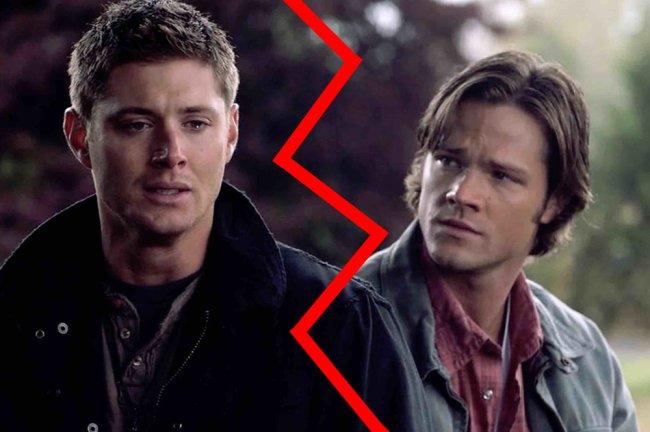 Foto de Dean Winchester chorando e Sam Winchester olhando para ele com cara triste