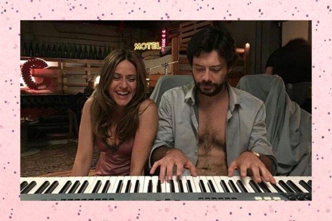 Profesor tocando teclado enquanto Raquel está ao seu lado rindo em La Casa De Papel